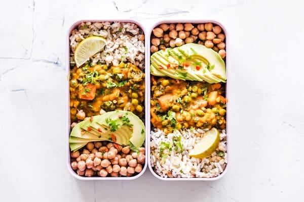 dos bandejas con dos recetas diferentes de comida arabe