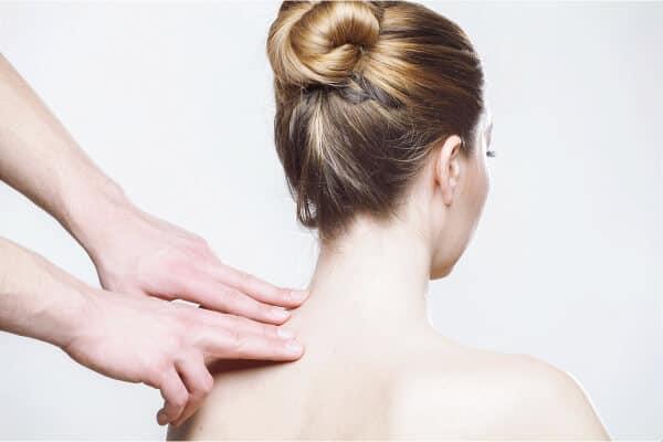 mujer dandose masaje por culpa del estres
