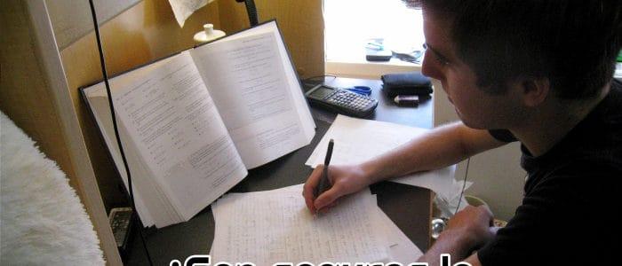 chico-estudiando-para-el-examen-online-de-una-universidad