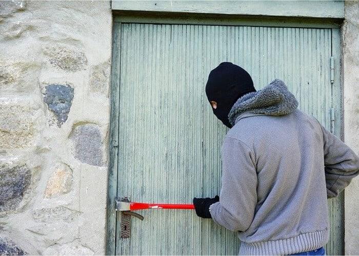 ladron intentado entrar a una casa