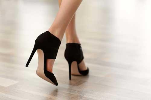 mujer andando elegante con tacones