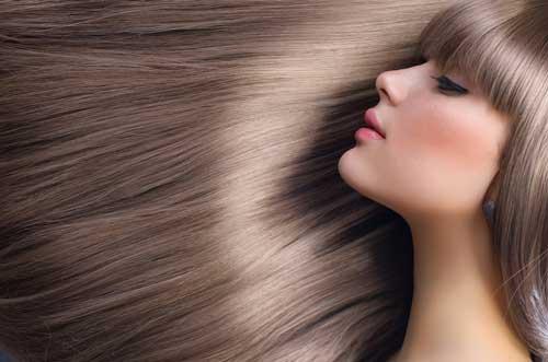 mujer apoyando su cabeza en el pelo