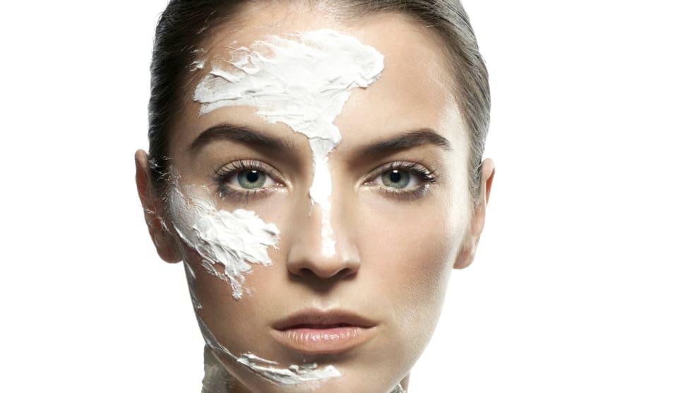 mujer en rutina facial